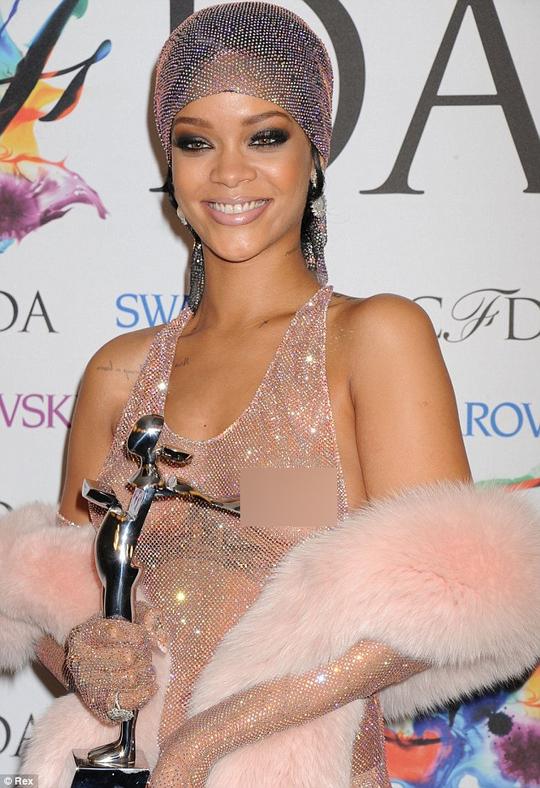 """Quá """"sexy"""", quảng cáo nước hoa của Rihanna bị cấm"""