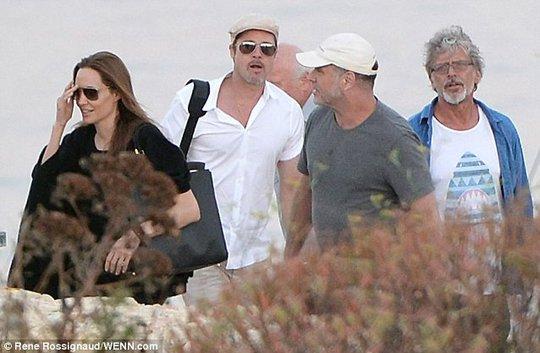 Angelina và Brad đi khảo sát trường quay phim mới
