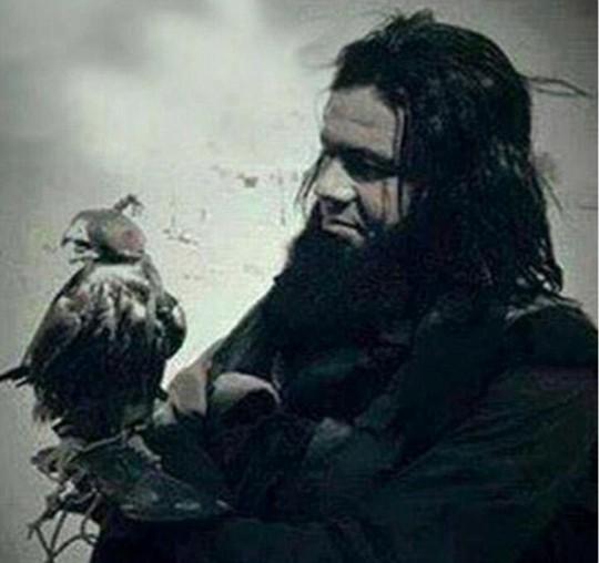 Shakir Wahiyib nâng niu một con chim săn mồi. Ảnh: Daily Mail