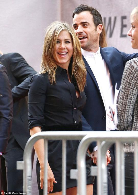 Jennifer và Justin cười rạng rỡ trên thảm đỏ