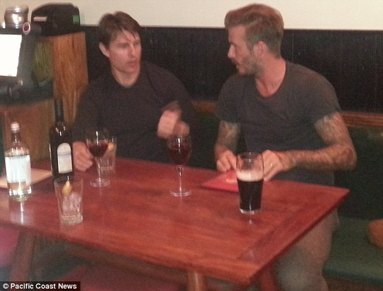 """David Beckham và Tom Cruise giản dị đi """"pub"""""""