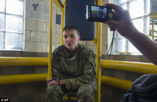Nadiya Savchenko, 31 tuổi, đã bị bắt giữ tại Ukraine và bị đưa qua biên giới Nga để truy tố. Ảnh: AP