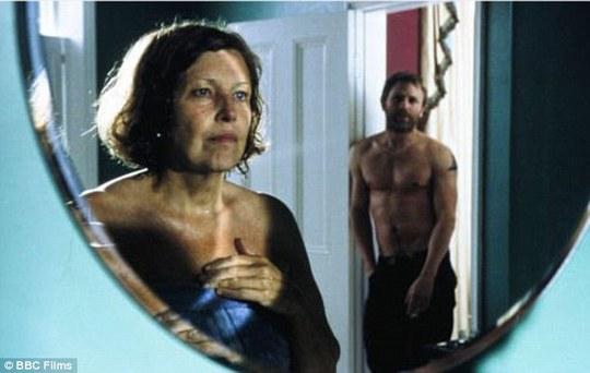 Anne Reid và Daniel Craig trong một cảnh quay của phim The Mother