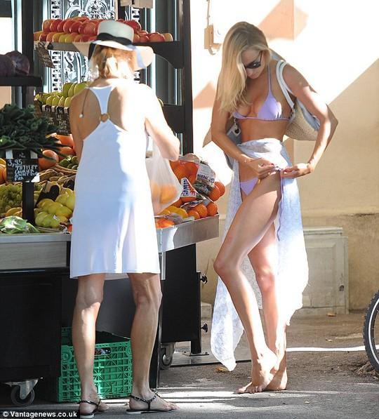 Kimberley diện bikini ra phố mua... trái cây!
