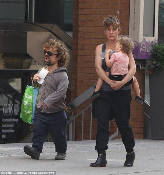 """""""Chàng lùn"""" Hollywood hạnh phúc bên vợ con"""