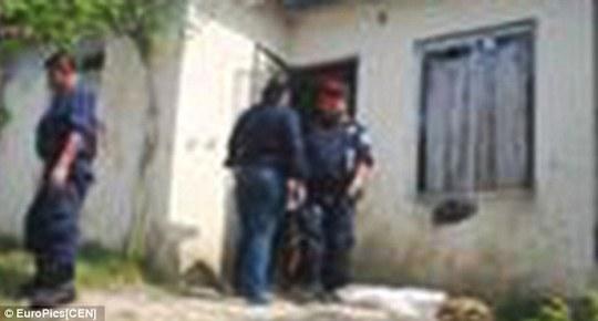 Cảnh sát đến nhà vợ chồng xích con để giải thoát cho cậu bé