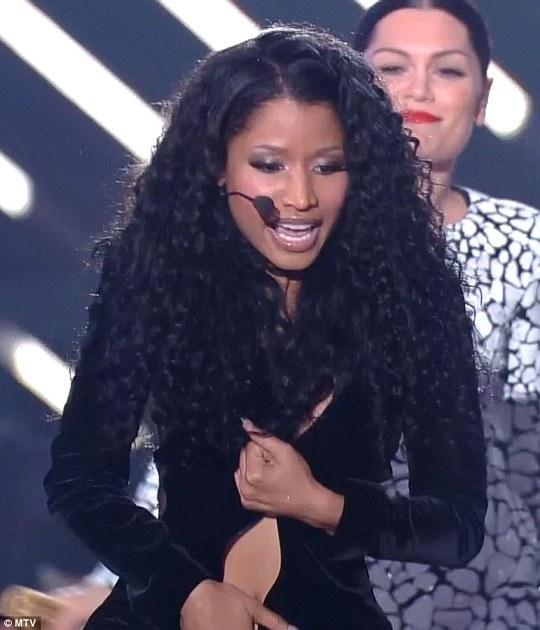Nicki Minaj giữ chặt đầm bị tụt khóa
