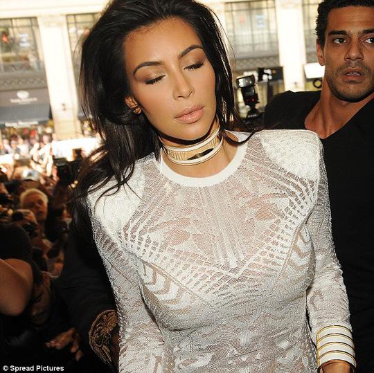 Kim tỏ vẻ mệt mỏi