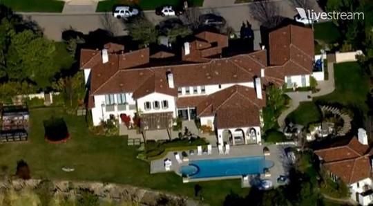 Cảnh sát xộc vào nhà Justin Bieber để khám xét