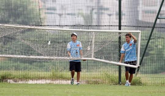 HLV Miura cùng các trợ lý chuẩn bị cho buổi tập đầu tiên cùng U23 Việt Nam