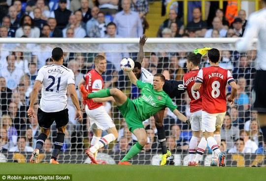 Szczesny trong một pha cứu thua cho Arsenal