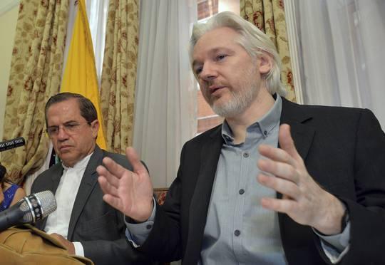 Ông Julian Assange và Ngoại trưởng Ecuador Ricardo Patino (trái) tại cuộc họp báo ngày 18-8. Ảnh: Reuters