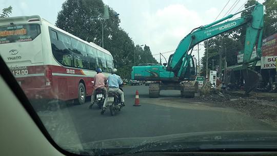 Tình trạng thi công mất an toàn thường xảy ra trên quốc lộ 20 (đoạn huyện Định Quán, Đồng Nai) - Ảnh: Nguyễn Tuấn