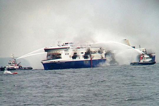 Lực lượng hải quân khó có thể tìm kiếm hết mọi ngóc ngách con phà bị cháy. Ảnh: Reuters