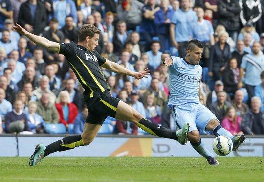 Tiền đạo dẫn đầu danh sách dội bom Premier League - Aguero (phải) của Man City