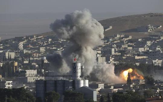 Thường dân ở Kobani đang đối mặt với nguy cơ thảm sát. Ảnh: Reuters