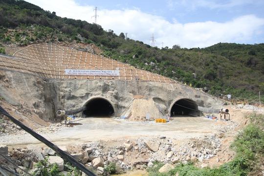Công trường hầm Đèo Cả trong chuyến thăm của Bộ trưởng Đinh La Thăng hồi tháng 8-2014. Ảnh: Website DCIC
