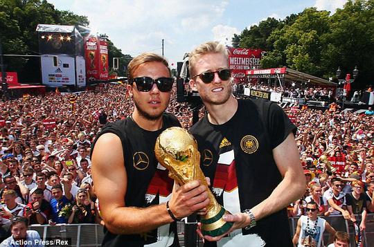 Mario Goetze và Schurrle trong lễ rước cúp vàng ở Berlin