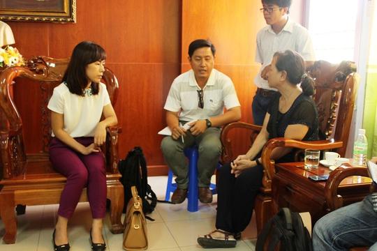 Bà Hoài (trái) và bác sĩ Bình (phải) trả lời phỏng vấn các phóng viên