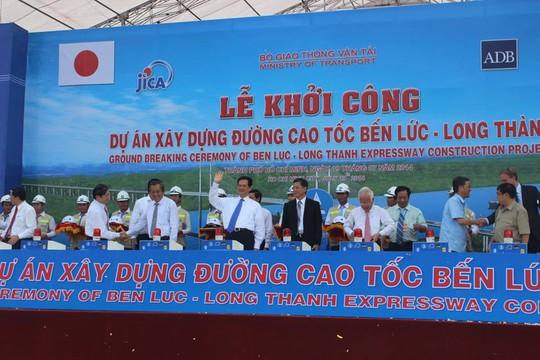 Thủ tướng Nguyễn Tấn Dũng cùng các lãnh đạo, đại biểu tham dự nghi thức khởi công