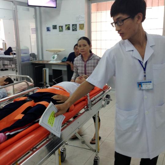 Bác sĩ tiến hành kiểm tra sức khỏe cho học sinh