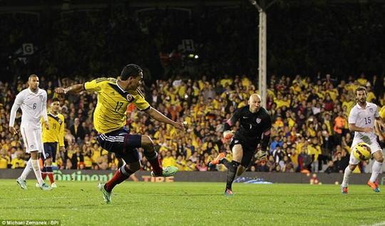 Bacca ghi bàn cho Colombia từ pha kiến tạo của Rodriguez (ảnh dưới)