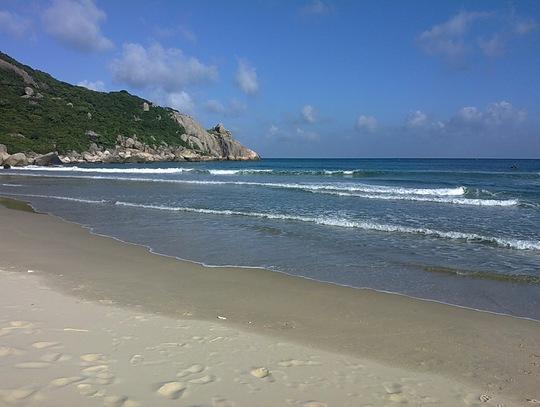 Bãi biển nơi em Căn bị sóng cuốn trôi