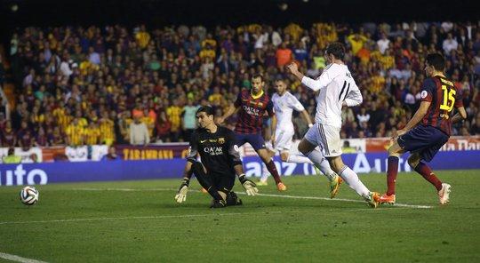 Gareth Bale lập siêu phẩm giúp Real Madrid đánh bại Barcelona trên sân Mestalla