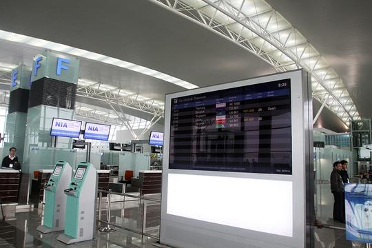 Bảng điện tử hiện thông tin số hiệu chuyến bay được đặt ở vị trí thấp hơn ngay trong sảnh chính giúp hành khách dễ quan sát