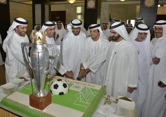 Các ông chủ Ả Rập ăn mừng chức vô địch bằng một chiếc bánh khổng lồ hình SVĐ