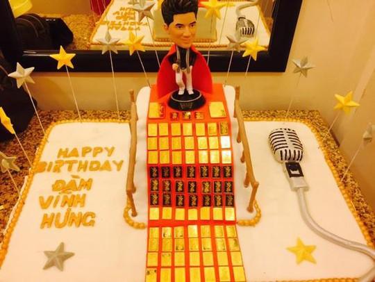 Bánh sinh nhật dát vàng của Đàm Vĩnh Hưng. Ảnh: Internet