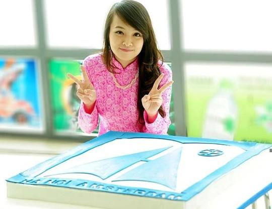 Minh Nhật bên chiếc bánh cô khoe tự làm để tặng các thày cô