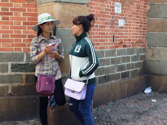 Hai cô gái này thường tập trung trước nhà thờ Đức Bà, quận 1 để lừa đảo