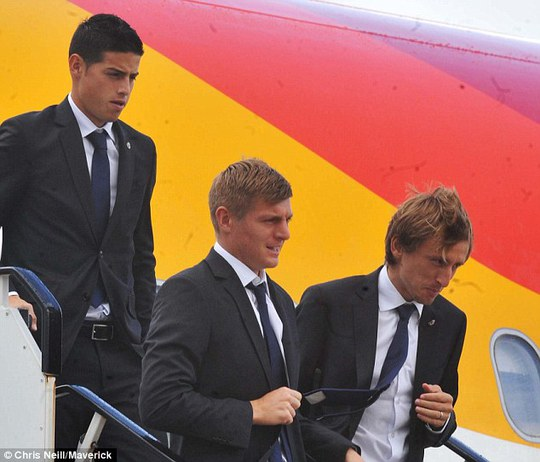 Vừa xuống sân bay ở Liverpool, các cầu thủ Real Madrid đã nhận ngay cơn bão