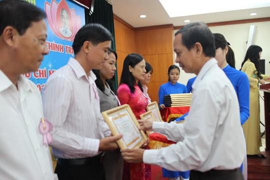 Ông Lê Anh Tuấn, Phó Bí thư Thường trực Đảng ủy Dân chính Đảng TP HCM, trao bằng khen cho các cá nhân học Bác