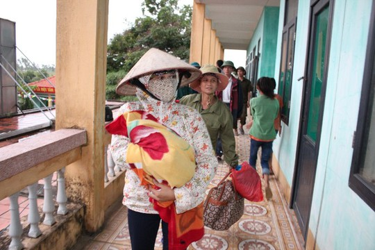 Di dân phòng chống bão tại Quảng Ninh