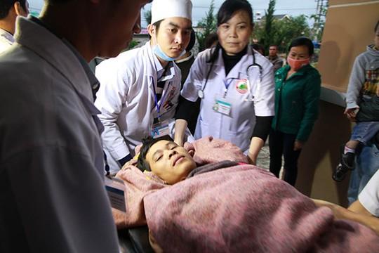 Đưa các nạn nhân vào BV Đa khoa tỉnh Lâm Đồng