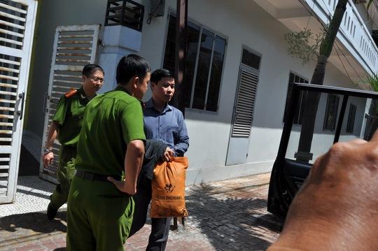 Ông Vũ Quốc Tuấn từ nhà riêng bước lên xe của công an -Ảnh: Đông Hà