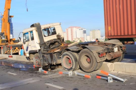 Chiếc xe container nằm vắt vẻo trên dải phân cách ở cầu Sài Gòn 1.