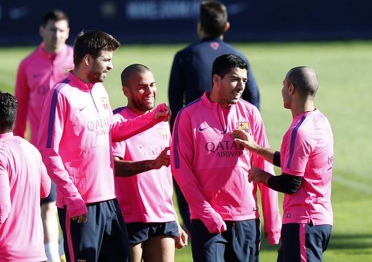 Luis Suarez vui vẻ cùng đồng đội trong buổi tập