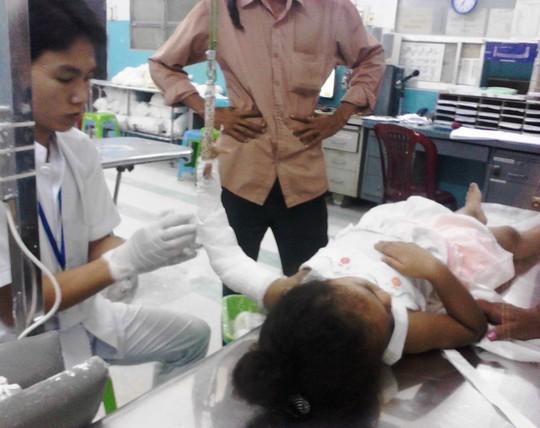 Bác sĩ đang chăm sóc cho nạn nhân Phan Mỹ Hà.