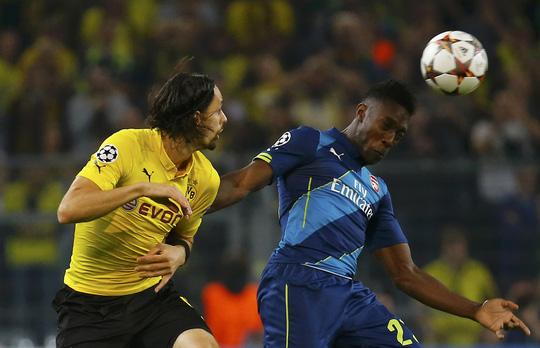 Welbeck (phái) trong một pha tranh bóng với cầu thủ của Dortmund