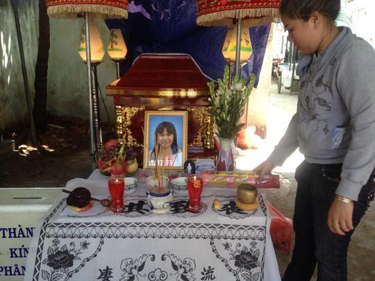 Gia đình an táng bé Phạm Ngọc Minh Thư