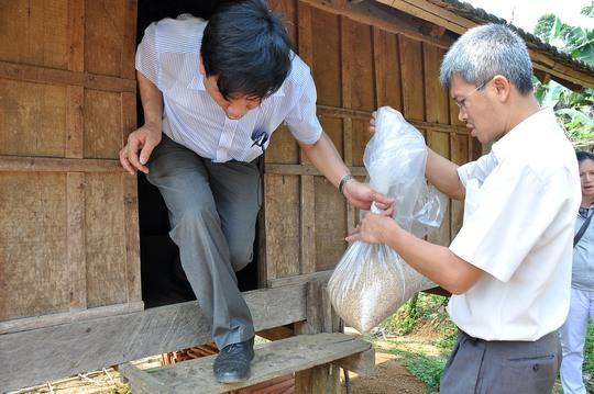 Các chuyên gia y tế lấy mẫu gạo mốc nghi là nguyên nhân gây bệnh lạ. Ảnh Tử Trực.