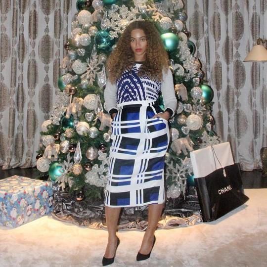 Beyonce cũng khoe dáng với cây thông Noel