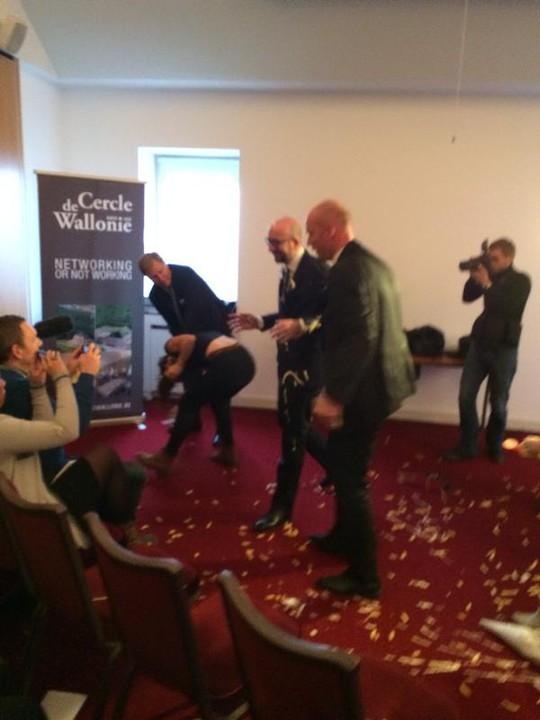 Thủ tướng Bỉ Charles Michele bị tấn công bằng khoai tây và sốt mayonnaise. Ảnh: Twitter