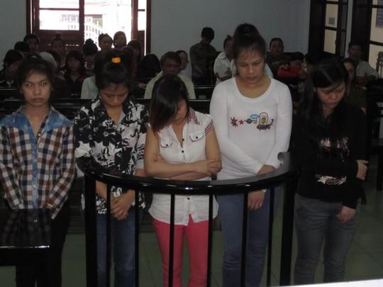 Bị cáo Hòa, Hạnh, Nhi, Như, Phụng (từ trái qua phải) tại tòa.