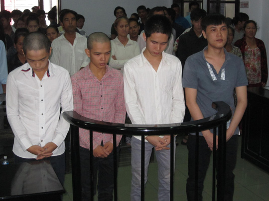 Bị cáo Minh, Đông, Chiến, Lâm (từ trái qua phải) trước vành móng ngựa.