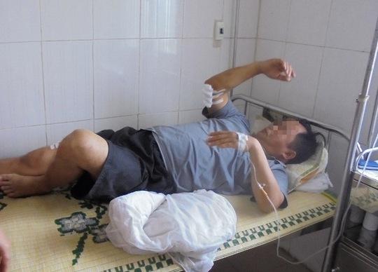 Ông Nguyễn Đình N. đang điều trị tại bệnh viện đa khoa huyện Đức Thọ