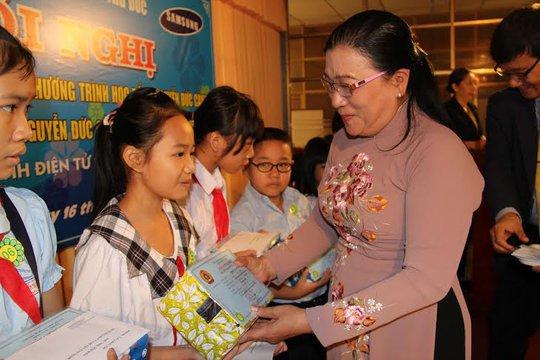 Bà Nguyễn Thị Bích Thủy, Phó Chủ tịch LĐLĐ TP HCM, trao học bổng Nguyễn Đức Cảnh cho con CNVC-LĐ quận Thủ Đức